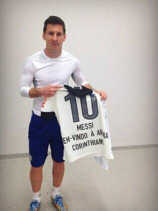 Messi posa com a camisa do Corinthians