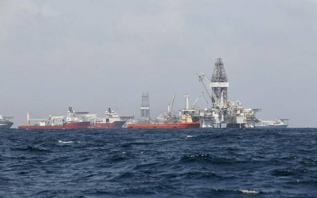 Navios se reúnem no local do derramamento de petróleo do Deepwater Horizon no Golfo do México