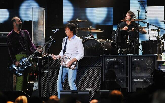 Krist Novoselic, Paul McCartney e Dave Grohl em show beneficente em Nova York