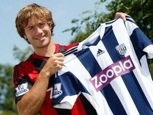 Lugano exibe a camisa do West Bromwich