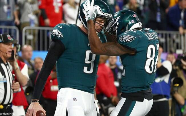 Nick Foles e Torrey Smith comemoram o título do Eagles
