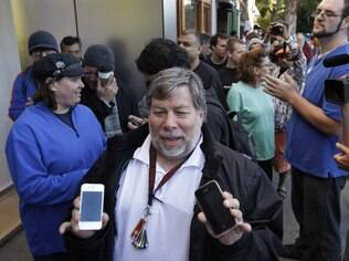 Steve Wozniak, co-fundador da Apple, mostra seu antigo iPhone ao lado do iPhone 4S