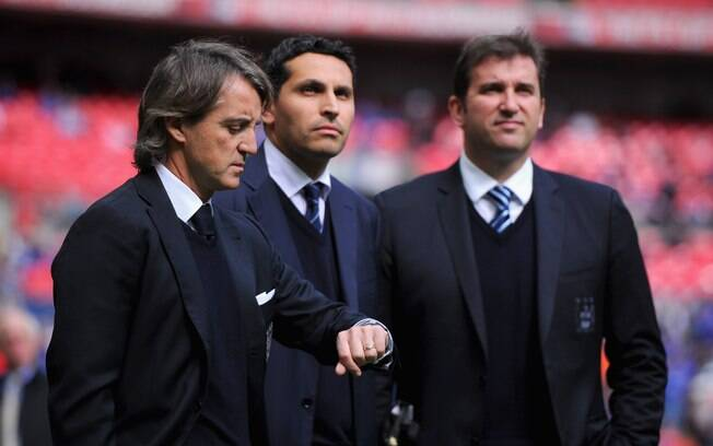 Soriano ao lado do ex-treinador do City, Roberto Mancini, e do chairman do clube, Khaldoon al-Mubarak