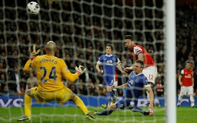 O francês Giroud, do Arsenal, desperdiça chance de gol diante do goleiro Howard, do Everton