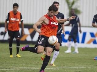 Pato se destaca no treino do Corinthians