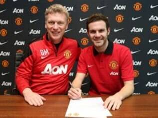 Juan Mata assina contrato com o United ao lado do técnico David Moyes