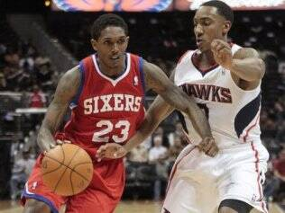 Louis Williams conduz a bola pelo Sixers