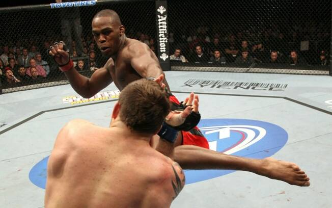 Jon Jones acerta chuta em Ryan Bader no UFC 126
