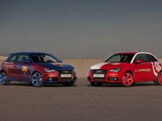 Audi A1 com as cores e o escudo do Inter ao lado de modelo do Barcelona