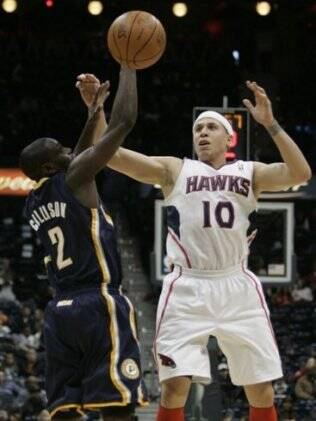 MIke Bibby tenta disputa a posse de bola com Darren Colison do Indiana Pacers