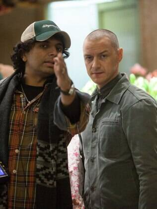 O cineasta M.Night Shyamalan orienta o ator James McAvoy no set de