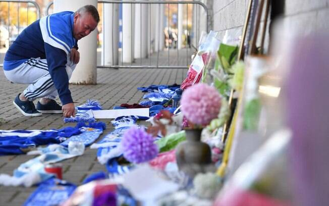 Torcedor presta homenagem ao dono do Leicester no King Power Stadium