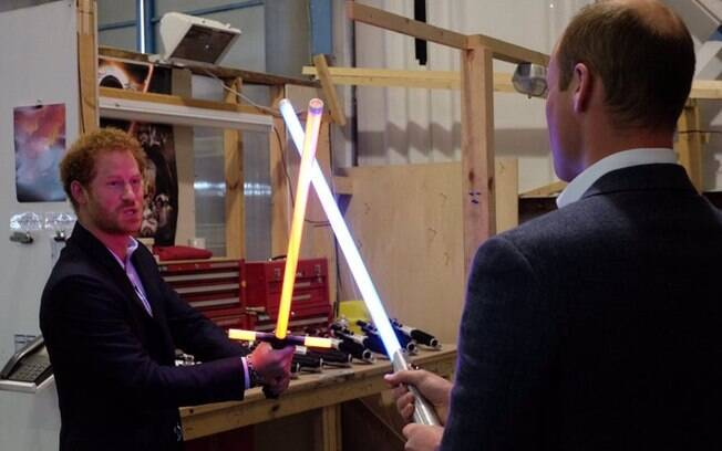Príncipes Harry e William fazem duelo de sabre de luz no set de
