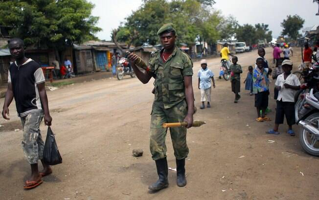 Soldado do M23 é visto na cidade de Rubare, no estado de Kivu do Norte, disputado por rebeldes e exército