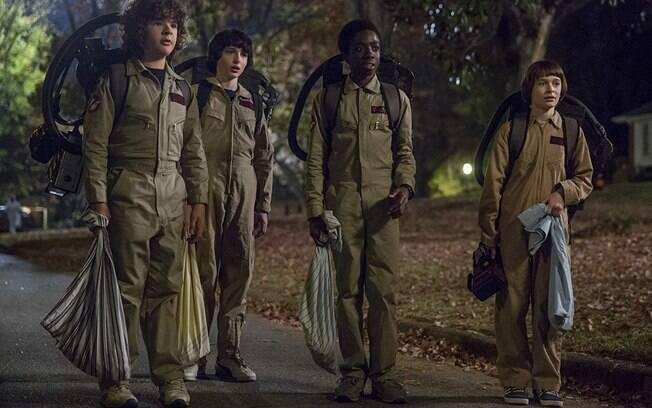 personagens de stranger things fantasiados de caça-fantasmas