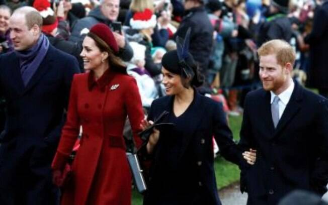 William, Kate, Meghan e Harry caminhando
