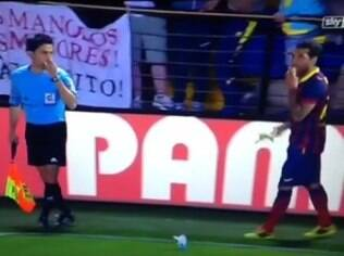 Daniel Alves come a banana atirada contra ele no