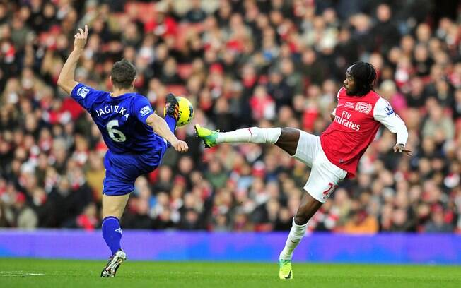 Gervinho e Jagielka disputam lance no gramado do Emirates