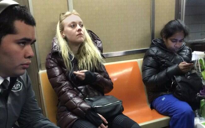 Dakota Fanning no metrô de Nova York