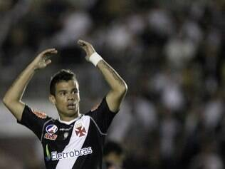 Bernardo vibra com o gol do Vasco contra a Universidad