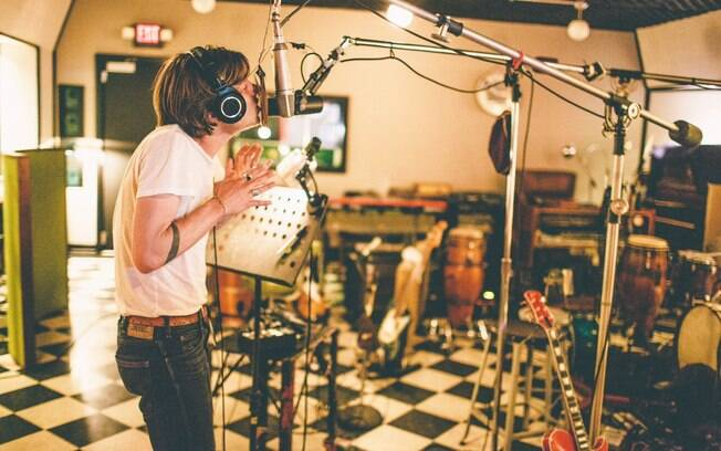 Matt Shultz, vocalista do Cage The Elephant, durante as gravações do álbum