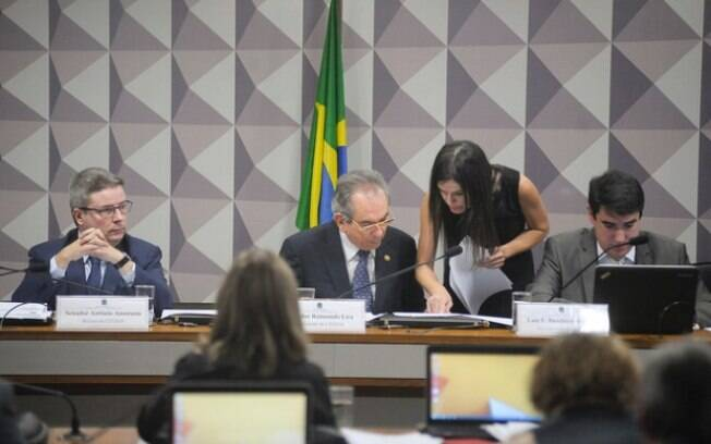 A sessão de oitivas da comissão especial do impeachment no Senado durou mais de 14 horas