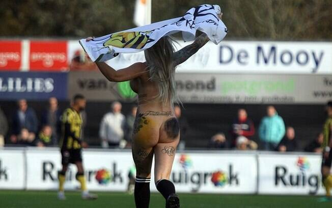 A naked woman attacks the lawn during Rijnsburgse Boys vs. Amsterdamsche, for the 3rd division of the Netherlands