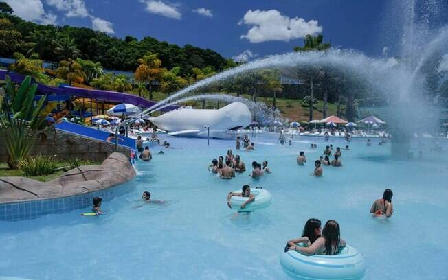 Piscina do Thermas Hot World com toboágua ao fundo