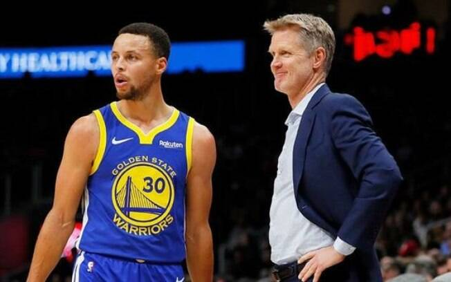 Steve Kerr ao lado de Stephen Curry