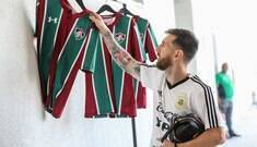 Treinando no CT do Fluminense, Messi ganha camisa do clube