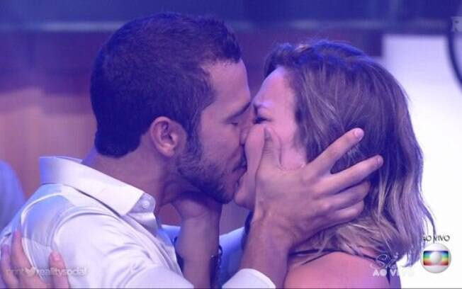 Cacau e Matheus se beijaram no palco da final do