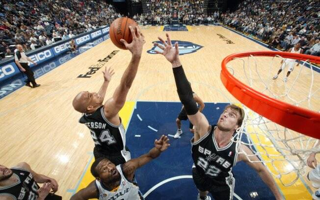 Tiago Splitter disputa rebotes durante derrota do San Antonio para o Memphis no domingo