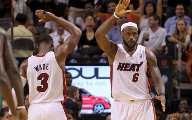 Dwyane Wade e LeBron James comemoram lance do Miami Heat na partida contra o Boston neste domingo