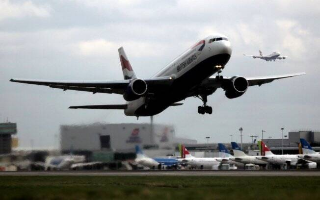 Avião da British Airways decola no aeroporto de Heathrow, Inglaterra